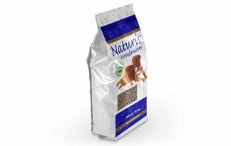 Naturis persbrok HE Lam glutenvrij is geschikt voor de volwassen hond met een hoge activiteit. Een glutenvrije hondenbrok. Persbrok is een brok met een zeer hoge voedingswaarde doordat deze brokken, zoals het woord al zegt, geperst worden.