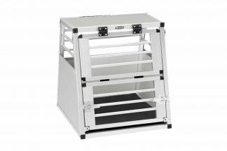 De Ferplast Atlas Car Aluminium laat u uw hond veilig meenemen op reis. Deze lichtgewicht vervoersbox is gemaakt van aluminium, maar daarnaast wel zeer stevig. Deze transportkooi is voorzien van een praktisch en gepatenteerd verticaal openingssysteem, die uw moeiteloos toegang geeft tot het verblijf.
