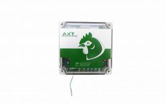 De ATX hokopener hoofdunit word aan de buitenkant van het hok bevestigd. Hij opent bij zonsopkomst en hij sluit bij schemering. Dit stelt het apparaat automatisch vast. Je hoeft dus nooit meer het luikje van een hok te laten zakken.