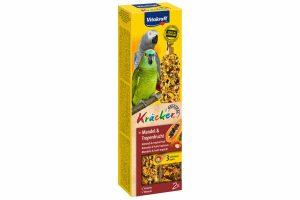 De Vitakraft papegaaikracker, een 3x op natuurlijk houten stokje gebakken lekkernij voor veel eetplezier. De vogel moet hard werken om de zaden van het stokje te pikken en blijft daardoor in beweging.