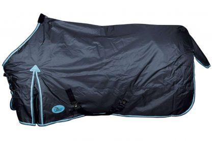 De deken Thor 200gr Ebony is een waterdichte en ademende outdoordeken met t/c voering. Deze winterdeken is naadloos op de rug en heeft een 200 grams polyfill vulling.