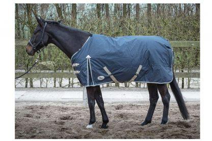 De deken Thor 300gr Ebony is een waterdichte en ademende outdoordeken met t/c voering. Deze winterdeken is naadloos op de rug en heeft een 300 grams polyfill vulling.