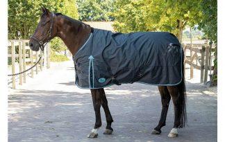 Harry's Horse buitendeken Thor 200 grams is een waterdichte en ademende outdoordeken met t/c voering. Deze winterdeken is naadloos op de rug en heeft een 200 grams polyfill vulling.