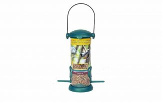 De Bird Food Gevulde feeder is een leuke en stevige vogelvoeder geschikt voor zaden, om de wilde vogels in uw tuin te helpen. Gemaakt van duurzaam kunststof en metaal. Makkelijk bij te vullen door de handige deksel. Inclusief 280 gram zadenmengsel.