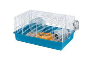 De Ferplast Criceti 9 Knaagdierkooi is een rechthoekige knaagdierkooi voor kleine knaagdieren. De kooi heeft een kunststof onderbak en een getraliede bovenkant. De onderbak van de kooi is in verschillende kleuren te verkrijgen. De kooi wordt geleverd inclusief voerbakje, drinkflesje, loopradje en huisje met katoen vulling.
