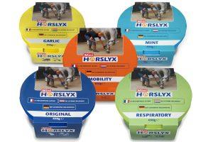 Horslyx Mini liksteen bevat een groot aantal vitamines, mineralen en sporenelementen en is speciaal ontwikkeld om via een uitgewogen voedingsprogramma uw paard gezond en tevreden te houden