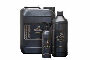 Jean Peau Doodle shampoo is geschikt voor alle volle en krullende vachten en kleuren. Deze shampoo is samengesteld uit natuurlijke kruidenextracten en speciale blanke olie die uitermate geschikt zijn voor de voeding van de vacht en de doorkambaarheid.