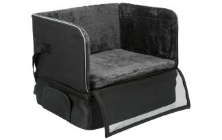 Trixie Car Seat is een zitplaats voor kleine honden achter in de auto, gemaakt van nylon en pluche.