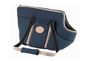 De Trixie Victoria Carrier draagtas heeft een stijlvol design met donkerblauw en beige accenten. Daarnaast is de draagtas gevoerd en voorzien van korthouder aan de binnenzijde, zodat jouw viervoeter veilig mee op pad kan.