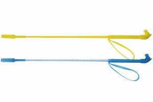 Whip & Go rijzweep met paardenhoofd de steel is bekleed met gevlochten prolypropyleen met polycarbonaat met zilverkleurig draad. Tevens is het handvat in de vorm van een paardenhoofd en is het anti-slip. Tevens bevat de zweep een gesloten flap.