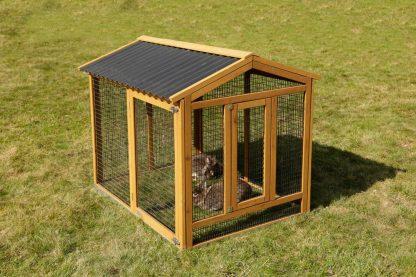 De Kerbl Outdoor konijnenren is een houten ren voorzien van een beschermende laag verf en een weerbestendig bitumen dak. Deze ren geeft gemakkelijk toegang tot het konijnenren vanwege de grote deur. Tevens past deze ren perfect op verschillende Kerbl konijnenkooien.