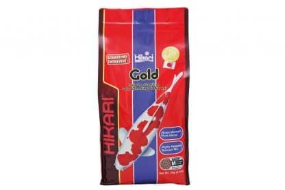 Hikari Gold vijvervoer is een wetenschappelijk ontwikkeld dagelijks voer voor Koi en andere vijvervissen. De vernieuwde samenstelling met meer spirulina en de toevoeging van krill, zorgt voor een nog actievere kleurverbetering van de Hiban (rode kleur).