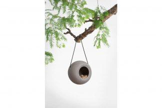 De SingingFriend Lisa vogelvoeder is handgemaakt van stevig keramiek in natuurlijke aardetinten, elegantie ontmoet functionaliteit in dit product.