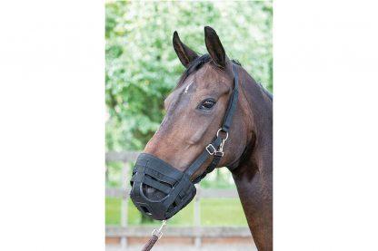 Het graasmasker Air heeft uitsparingen waardoor aanzienlijk minder gras gegeten kan worden. Maar het paard wel normaal kan eten en drinken.