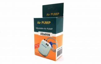 Deze Albatros luchtpomp op batterijen is ideaal om (gevangen) vissen in leven te houden tijdens het transport. De pomp zit in een handig doosjes wat alle benodigdheden bevat om meteen te beginnen, een luchtslang en zuurstofsteen