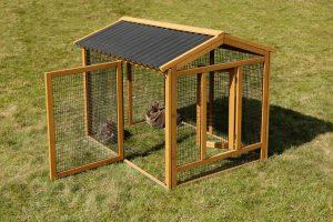 De Kerbl Outdoor kippenren is een houten ren voorzien van een beschermende laag verf en een weerbestendig bitumen dak. Deze ren geeft gemakkelijk toegang tot het kippenhok vanwege de grote deur, tevens past deze ren perfect op verschillende Kerbl kippenkooien.