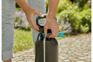De Gardena drukspuit 5 liter heeft een vulcapaciteit van 5 liter en is ideaal voor het verzorgen van planten in de tuin. Hij is berekend op max. 3 bar en is voorzien van een overdrukventiel dat snel de druk laat ontsnappen als dat om veiligheidsredenen noodzakelijk is.