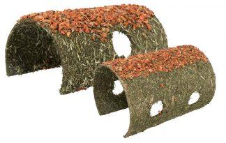 De Trixie Tunnel granen - wortel is zeer geliefd onder konijnen en knaagdieren. Deze tunnel is gevuld met granen en wortel, een lekkere snack. Uw knaagdier zal dit niet alleen gebruiken als snack, maar ook als speeltje en schuilplaats. Dat maakt dit een ideaal product voor in de knaagdierenkooi.