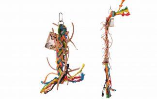 De Back Zoo Nature Sisal and Leather String is een uitdagend speeltje voor kromsnavels! De slinger is gemaakt van natuurlijke materialen, zoals sisal en leer. De combinatie van materialen zorgt voor extra uitdaging in het verblijf, waardoor vogels zich minder snel gaan vervelen.