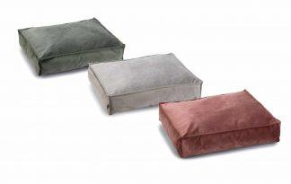 Het Beeztees DBL hondenkussen Nalino is gemaakt van fluwelen stof en ligt daardoor heerlijk zacht voor jouw hond. Door de stijlvolle stof en de warme kleuren past het kussen in ieder interieur! Daarnaast is het kussen ruim gevuld en is maar liefst 15 cm dik. Dat wordt optimaal ontspannen voor jouw trouwe viervoeter.