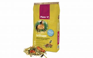 Pavo Inshape is een zeer volledige muesli met natuurlijke antioxidanten om paarden perfect te ondersteunen bij het afvallen. De muesli is voorzien van een hoge kwaliteit eiwit, waarbij de vetverbranding optimaal ondersteunt wordt. Daarnaast zorgt Pavo voor alle benodigde vitaminen, mineralen en sporenelementen die uw paard dagelijks nodig heeft. Het is vrij van granen en bevat een heel laag suiker-, zetmeel- én energiegehalte.In de strijd tegen de kilo's is het namelijk belangrijk dat je paard geen extra energie binnenkrijgt en het lage suiker-/zetmeelgehalte ondersteunt de paarden met een verstoord suikermetabolisme (vaak veroorzaakt door overgewicht).
