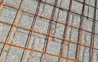 Deze staalmat is stekloos uitgevoerd. De draadmatten hebben onder slechte weersomstandigheden buiten gelegen en zijn hierdoor op natuurlijke wijze verweerd. Roest is aanwezig en daarom worden ze voor een actie prijs verkocht als showmodel.