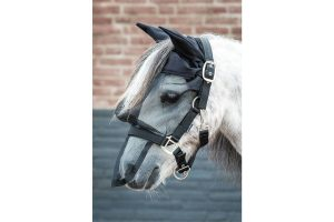 Het Harry's Horse vliegenmasker halster met oren is verstelbaar op drie plaatsen, bij de hals, keel en kaak. Geheel gevoerd met comfortabel domy suède.
