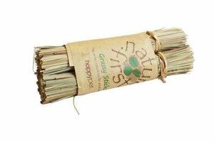 De Happy Pet Grassy Sticks bieden uw knaaagdier een leuk stuk speelgoed en daarnaast ook een lekker snack. Het is gemaakt van gedroogd gras, is vervaardigd zonder gebruik van pesticiden en daarom 100% natuurlijk.