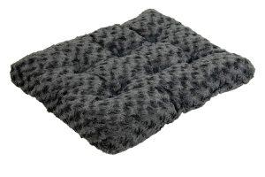 Het Jack & Vanilla Coal hondenkussen is een comfortabele slaapplek voor uw hond. Daarbij is het hondenbed gemaakt van zeer zacht materiaal, zodat uw hond heerlijk kan liggen. De vulling is vast gestikt en blijft daarom netjes verdeeld in het kussen zitten.
