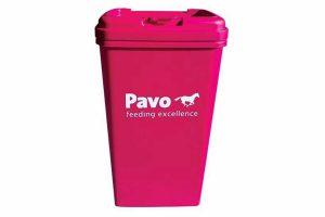 De Pavo voerton is ideaal voor in de stal of onderweg. De paardenbrokken blijven het langste lekker als ze koel, droog en warm worden bewaard. Deze leuk voerton is voorzien van de kenmerkende Pavo kleur!