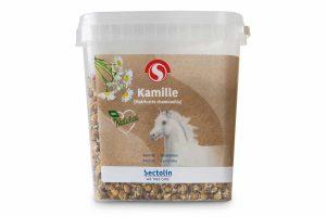 Sectolin Kamille is gemaakt van gedroogde bloemen. Het ondersteunt uw paard bij stressvolle situaties. Het wordt veel gebruikt voor meer kalmte en ontspanning. Daarnaast heeft het ook een ondersteunende functie voor de maag en darmen.