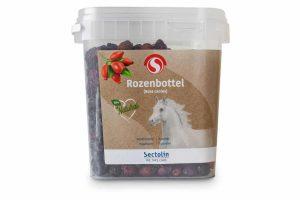 Sectolin Rozenbottel ondersteunt de weerstand van uw paard. Daarnaast is het rijk aan vitamine C en bevordert het de afvoer van afvalstoffen.Gemaakt van 100% plant, waardoor het een volledig natuurlijk product is.