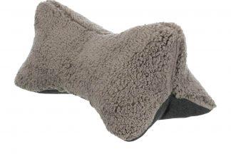 Het Trixie Bendson honden hoofdkussen is gemaakt van een hoogwaardig geweven stof gecombineerd met een buitenzijde van pluche. Het hoofdkussen heeft een ergonomische vorm en is speciaal ontworpen om het hoofd op te laten rusten.