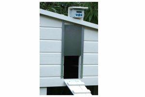 De ChickenGuard Extreme deuropener met adapter is een gemakkelijke, automatische hokopener voor het kippenhok. Deze deuropener is geschikt voor zware deuren tot 4 kg en bestendig tegen extreme weersomstandigheden.
