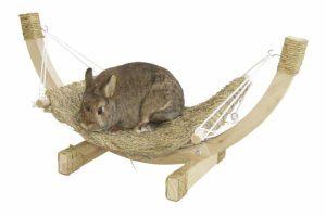 De Kerbl Siesta konijnen hangmat is een fijne slaap-, maar ook een leuke speelgelegenheid voor uw konijn. Deze hangmat is gemaakt van natuurlijk gedroogd gras en is hierdoor volledig eetbaar.