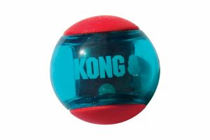 De Kong Squeezz Action Ball zorgt voor veel speelplezier bij uw trouwe viervoeter! Het balletje heeft verschillende texturen, waardoor uw hond er heerlijk op kan kauwen.