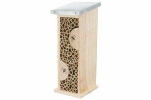 Het Trixie Bijenhotel is gemaakt van hout met een metaal dakje. Een ideale nestelplaats voor wilde bijen, graafwespen of metselbijen. Het natuurlijke strakke design zorgt voor een mooie look in uw tuin of omgeving.