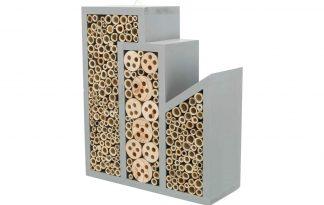 Het Trixie Bijenhotel 3-delig is zeer geschikt voor wilde bijen, graafwespen of metselbijen. Het leuke design zorgt ervoor dat er veel insecten plek hebben. Daarnaast is het eenvoudig op te hangen door de haakjes aan de achterzijde.