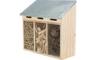 Het Trixie Insectenhotel 3-delig is gemaakt van hout met een metaal dakje. Een zeer geschikte nestel- en overwinteringshulp voor insecten. Het natuurlijke strakke design zorgt voor een mooie look in uw tuin of omgeving.