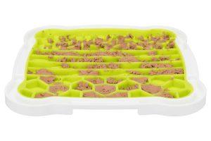 De Trixie Lick 'n Snack likplaat is een leuke afleiding voor uw huisdier. Het likken van de plaat werkt kalmerend en zorgt voor rust. U kunt bijvoorbeeld paté, natvoer of zuivel op de likplaat gesmeerd worden.