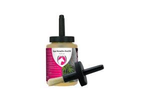 De Excellent HempOne hoefolie is gemaakt met onder andere hennepolie. Het helpt om de hoef te beschermen tegen splijten en afsplinteren.