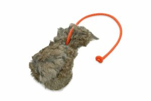 De Romneys Dummybal is gemaakt van robuuste canvasstof met echt konijnenbont. Dankzij de lijn aan het speelgoed kan deze ver en goed weggegooid worden.
