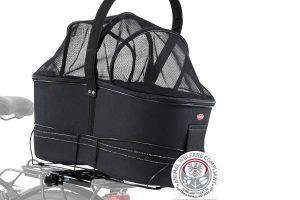 De Trixie fietsmand voor brede bagagedragers heeft een stevig, metalen frame voor veilig vervoer van uw dier op de bagagedrager. De fietsmand wordt afgedekt door middel van een gaas afdekking en heeft een kussen binnenin met pluche bekleding.