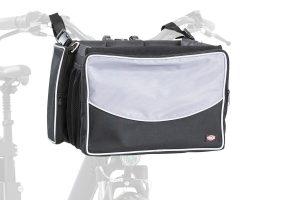 De Trixie Frontbox fietsmand is gemaakt van polyester. Hij is voorzien van een draadhouder en de rand van de stuurmand is bekleed.