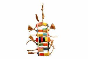 De Zoo-Max Groovy Teacher is papegaaienspeelgoed gemaakt van hout. Dit speelgoed bevat blokjes met groeven. Hiermee kan uw papegaai uren spelen en u kunt er tevens snacks in stoppen.