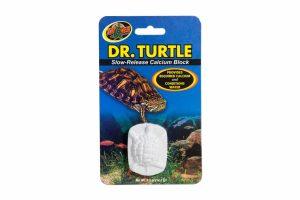 Het ZooMed Dr. Turtle calciumblok heeft een langzame afgifte. Deze afgifte van calcium conditioneert het water en levert tegelijkertijd een calciumsupplement wat de schelpengroei bevordert.