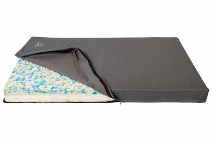 Het Animal Boulevard Comfort hondenbed is gemaakt van waterdicht materiaal. Daarnaast is het kussen orthopedisch en gemaakt van restanten van een matrassenfabriek.