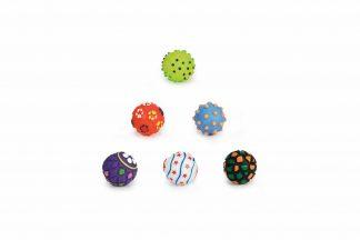 De Beeztees puppybal is gemaakt van vinyl. Het is een vrolijk uitziende bal geschikt voor uren speelplezier met uw pup. U kunt hiermee de pup leren te apporteren.