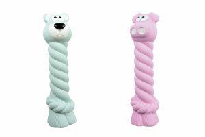 De Duvo Crunchy latex is een mooi hondenspeeltje. Dit speelgoed is verkrijgbaar in een varkentje en een beer. En is tevens in twee maten te verkrijgen.