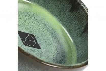 De Jasper eet- en drinkschaal is gemaakt van keramiek en afgewerkt met een eigentijds glazuur. Met een wanddikte van ongeveer 8 mm kan deze schaal wel tegen een stootje.